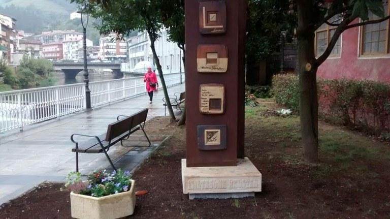 Donación de escultura al pueblo de Soraluze