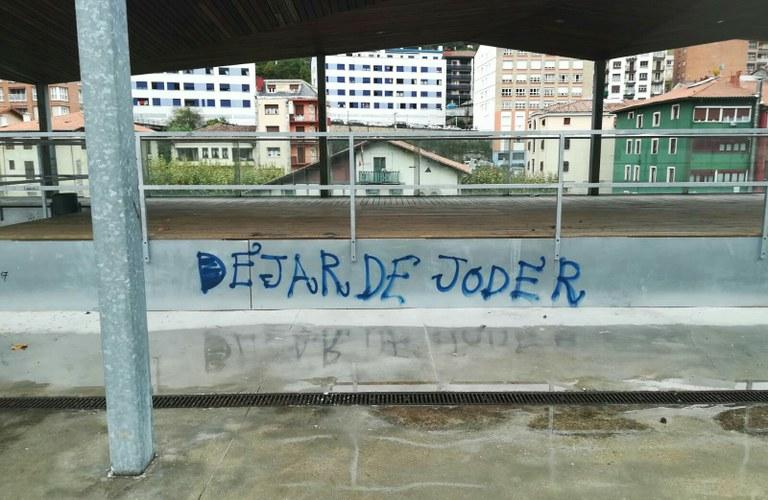 Pintadas en la terraza del polideportivo