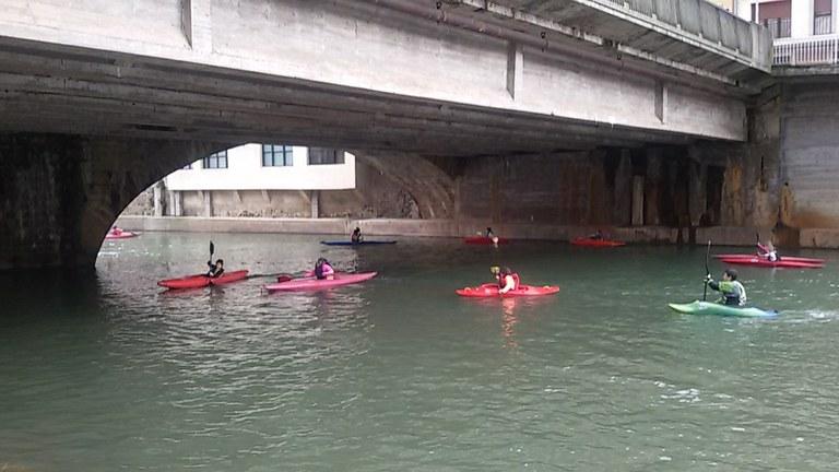 Piraguas en el río Deba