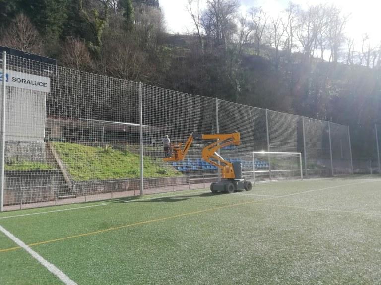 Futbol zelaiko hobekuntza-lanak